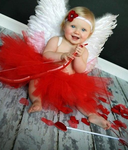 عکس ولنتاین کودک با نصب بال فرشته ای بر پشت کودک