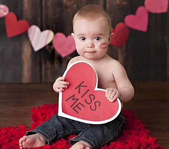 تم آتلیه ولنتاین | کودک برهنه با قلبی در دست و درخواست بوسه