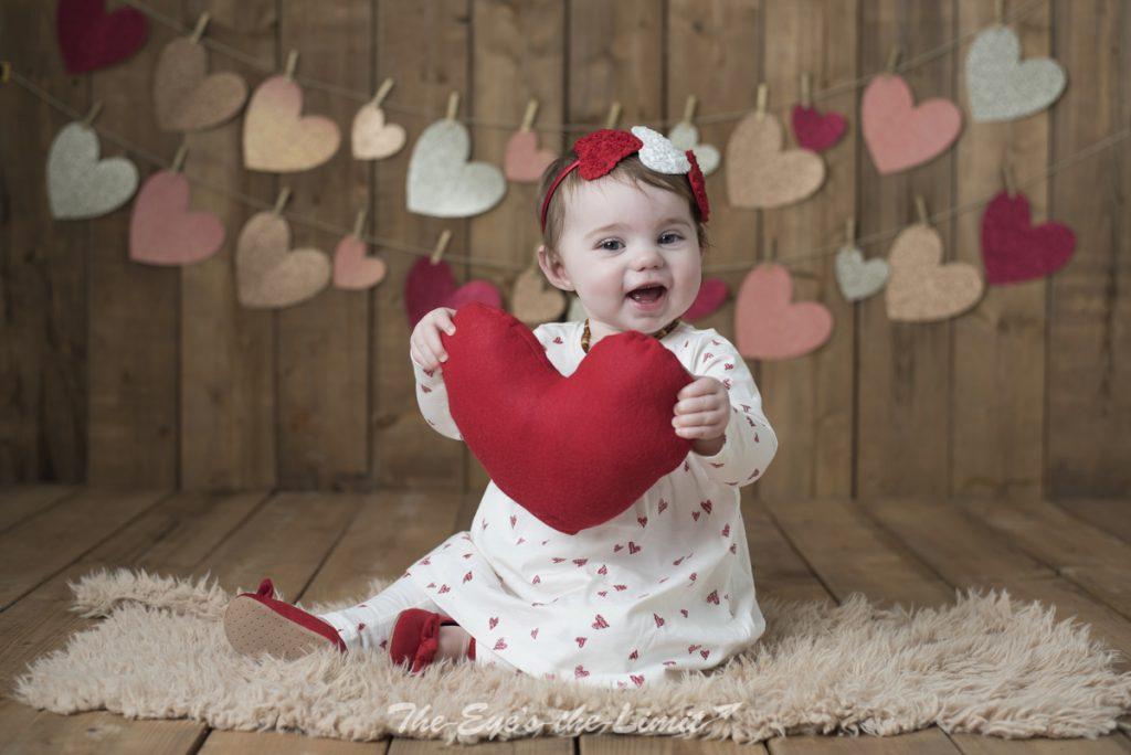 قلب قرمز به عنوان نماد ولنتاین در دست کودک