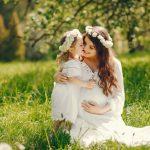 خانم باردار همراه فرزند در فضای باز