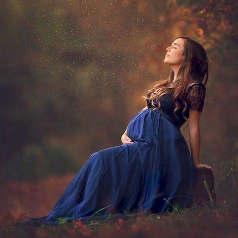 خانم باردار در فضای باز در آتلیه بارداری