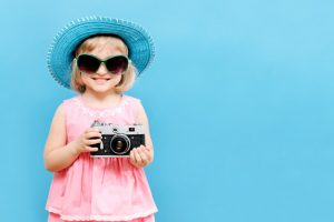 دختر بچه با دوربین در دست