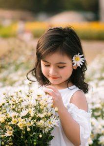 دختر بچه در فضای باز آتلیه کودک در تهران