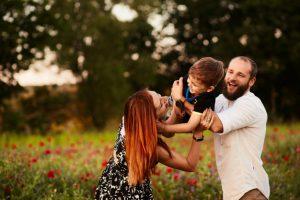 پدر و مادر همراه فرزند در باغ