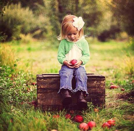 کودک نشسته بر روی نیمکت در فضای باز
