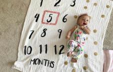 نوزاد 5 ماهه در آتلیه کودک ارزان