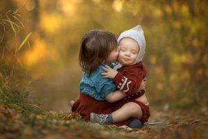 دو کودک در فضای باز